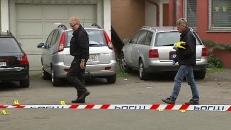 HER FALT SKUDDENE: En grønn Chrysler ble sett kjørende fra verkstedet i Grønlandsleiret 8. september 2009. En 35 år gammel mann ble skutt, men overlevde. Hendelsen skjedde kun et steinkast fra politihuset (Foto: TV 2)