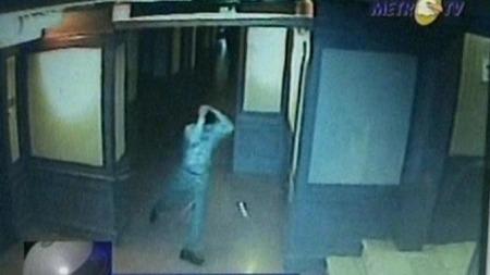 Her er en av de heldige gjestene som kom seg ut av hotellet før det kollapset. (Foto: Overvåkningsbilde/Metro TV)