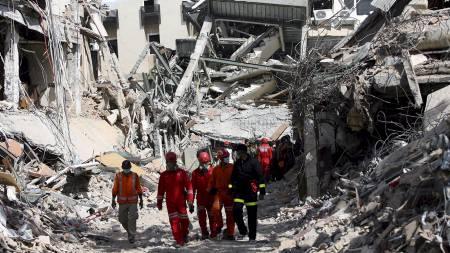 Redningsarbeidere går i ruinene etter Ambacang Hotel. Søket etter overlevende er avsluttet. (Foto: BAGUS INDAHONO/EPA)
