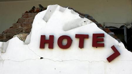Bygningen ligger i ruiner. Dette er restene av skiltet på Ambacang Hotel i Padang på Sumatra. (Foto: Wong Maye-E/AP)