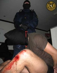 AVHØRSMETODER: Slik trenes SIG-livvakter opp til å stå imot avhør. Mannen med hette over hodet er en av deltakerne på et livvaktkurs i regi av det norske sikkerhetsselskapet. (Foto: Privat)