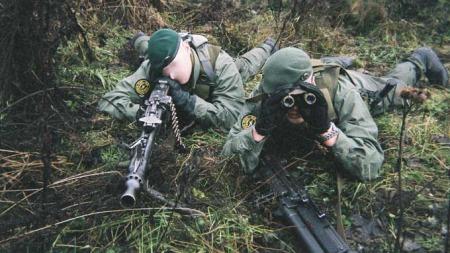 TUNGT BEVÆPNET: To SIG-operatører poserer med en MG-3 og en AG-3 påsatt en 40 mm granatkaster. To våpentyper som har vært standard i det norske forsvaret siden 1960-tallet.  (Foto: Privat)