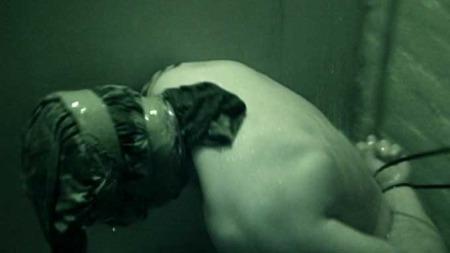 VANNTORTUR: Dette bildet er fra et livvaktkurs i SIG. Personen er bakbundet, og maskert mens han får hodet under vann. (Foto: Privat)
