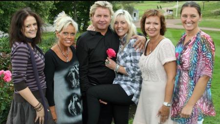 Calle Breen med sine fem friere. F.v: Aina Larsen, Signe C. Grungstad, Sølvi J. Heggdal, Ann Maygret Bartnes og Grete Nordengen. (Foto: Lasse Sandaker-Nielsen)
