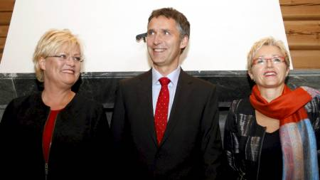 Liv Signe Navarsete (Sp)  og hennes regjeringskamerater Kristin Halvorsen (SV) og Jens Stoltenberg (Ap) før de presenterte den nye regjeringsplattformen i onsdag ettermiddag. (Foto: Åserud, Lise/SCANPIX)