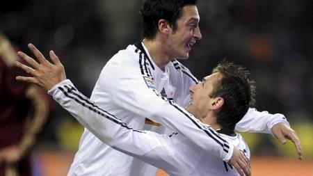 Miroslav Klose celebrates scoring the 0-1 with Germany's midfielder Mesut Oezil (Foto: NIGEL TREBLIN/AFP)