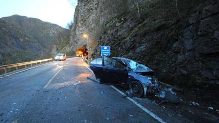 DØDSULYKKE: En mann og en kvinne omkom i en trafikkulykke på E16 i Voss tirsdag 13. oktober. En tredje person ble alvorlig skadet, men døde lørdag av skadene. (Foto: Arnstein Karlsen)