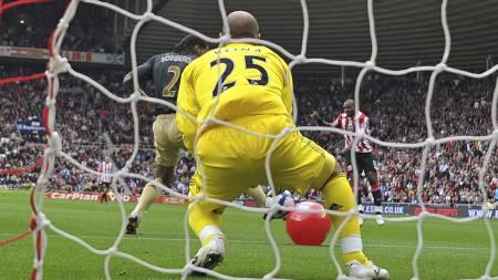 En badeball ødela kampen for Pepe Reina og Liverpool borte mot Sunderland i 2009. (Foto: ANDREW YATES/AFP)