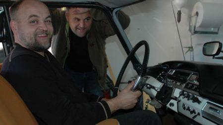 INTERIØR: - Er ikke DS-en blitt flott inni?, spør Kai (ved rattet) og Rune Tala.  (Foto: Ove Reidar Venås, Ringblad)