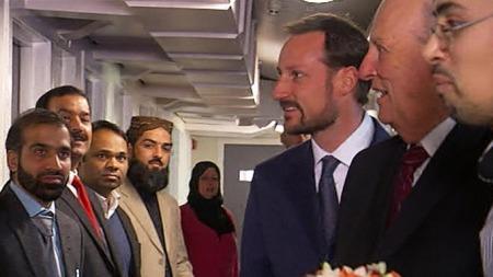 Kong Harald og kronprins Haakon hilser på representantene for Islamsk råd Norge.