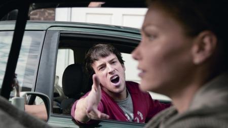 Det er lett å bli distrahert i trafikken. Men det er faktisk ikke hverken sinte medtrafikanter, snakking i mobiltelefon eller fikling med stereoanlegget som er mest farlig, ifølge en omfattende undersøkelse som nylig ble gjennomført i USA. (Foto: www.rac.co.uk)