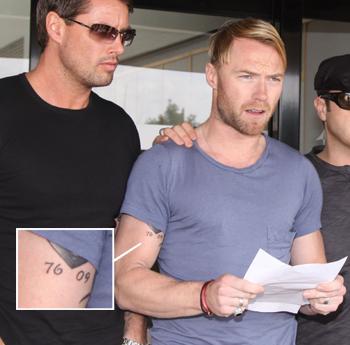 TATOVERING: Ronan Keating og de andre bandmedlemmene i Boyzone   skal alle ha tatovert «76 09» som hyllest til sin døde venn Steven Gately.