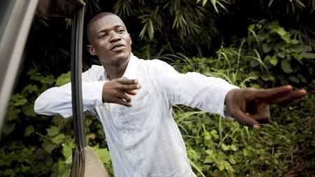 Kepo Ayila var vitne til drapet på sjåføren Abedi Kasongo som Joshua French og Tjostolv Moland er siktet for. Her er han på åstedet, rundt 10 mil utenfor Kisangani i retning Kampala i Uganda, og viser han hvordan Moland skjøt Kasongo gjennom bildøra. (Foto: Meek, Tore/Scanpix)