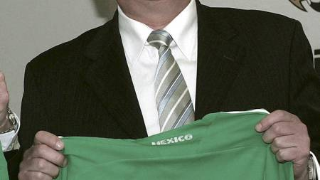 MEXICO-ASSISTENT FOR SVENNIS: Det ble ikke minneverdig for verken   Hans Backe eller Svennis, men Svennis anbefaler Backe for Sverige. (Foto:   ALEX CRUZ/EPA)