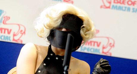 SPRØTT: Lady Gaga er kjent for sine ekstreme sceneantrekk. Her   er hun på en pressekonferanse på Il-Fosos Square.