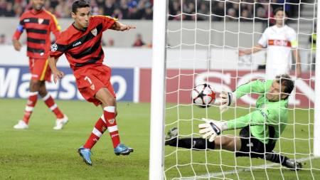 Stuttgart's goalkeeper Jens Lehmann (R) is beaten by Jesus Navas (Foto: BERND WEISSBROD/EPA)