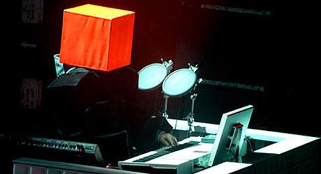 PÅ INNSIDEN AV BOKSEN: Pet Shop Boys har siden 80-tallet vært   kjent for sine sære sceneantrekk.