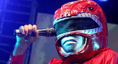 BARNDOMSHELTER: «Power Rangers»-kostyme på scenen er muligens   en hyllest til gamle helter for Super Furry Animals.