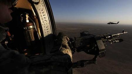 Her er to amerikanske Black Hawk helikoptre fotografert over Afghanistan nylig. (Foto: AP)