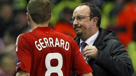 Rafael Benitez (R) consoles captain Steven Gerrard (Foto: PHIL NOBLE/REUTERS)
