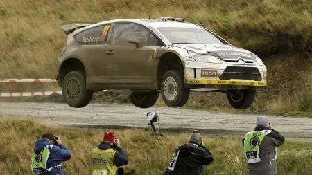 LUFTIG SVEV: Petter Solberg utfordret tyngdekraften i lørdagens Rally Storbritannia. Søndag varsler han enda hardere kjøring. (Foto: STEFAN WERMUTH/REUTERS)