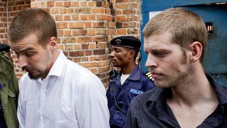 Tjostolv Moland og Joshua French på vei fra fengselet til rettslokalet i Kisangani.  (Foto: Tore Meek)