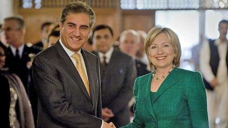 Pakistansk utenriksminister Shah Mehmood Qureshi hilser USAs utenriksminister Hillary Clinton i Islamabad (Foto: AFP)