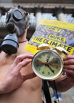 En miljøaktivist demonstrerer i Paris på den internasjonale klimaaksjonsdagen. (Foto: Lionel Bonaventure)