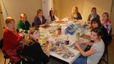 Elever jobber med å perle for Smykkestein under OD 2008.
