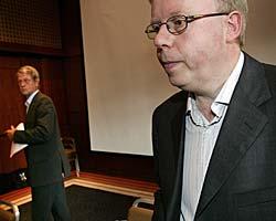 FOTBALLAVTALE: I august 2005 informerte Rune Hauge (t.h.) og Sondre Kåfjord om prosessen i forkant av inngåelsen av den nye medieavtalen.  (Foto: Tor Richardsen)