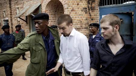 PÅ VEI TIL RETTEN: Tjostolv Moland (midten) og Joshua French   på vei fra fengselet til rettslokalet i Kisangani, 21. oktober. Moland   ble senere fraktet til sykehus. (Foto: Meek, Tore/Scanpix)