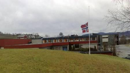 Skaun ungdomsskole flagger på halv stang. (Foto: Terje Dalen/ TV 2)