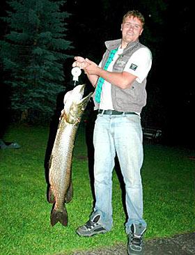 Fisking var en av Tommys store hobbyer. Her har han fått en rugg av en gjedde.