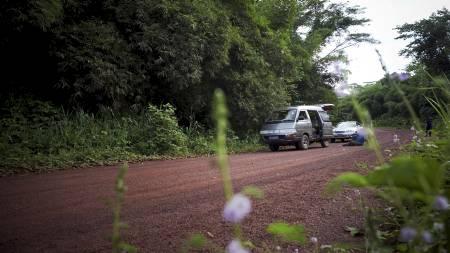 ÅSTEDET: Her er åstedet for drapet på sjåføren til Tjostolv Moland og Joshua French. Stedet ligger rundt 10 mil utenfor Kisangani, langs veien som ender opp i Ugandas hovedstad Kampala. (Foto: Meek, Tore/Scanpix)