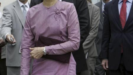 Aung San Suu Kyi spøkte med fotografene etter sitt møte med USAs viseutenriksminister. (Foto: Khin Maung Win/AP/SCANPIX)