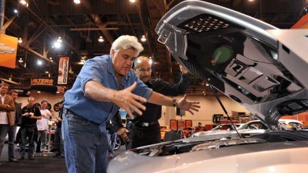Jay Leno viser her motorrommet i sin Jay Leno Camaro. (Foto: SEMA)