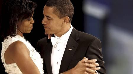 SEIERSDANSEN: Barack Obama danser med sin kone Michelle under innsettelsesballet i Washington 20. januar 2009. (Foto: MARK WILSON / POOL/EPA)