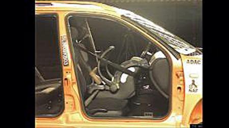 Her ser vi en kollisjonstest der airbagen er korrekt koblet ut.  (Foto: NAF/ANB)
