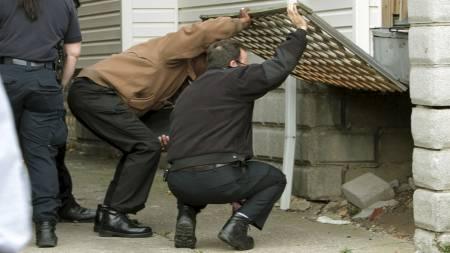 LETER ETTER LIK: Politiet i Cleveland fant 11 likrester rundt om i boligen. (Foto: John Kuntz/AP)