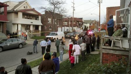 I SJOKK: Både naboer og Anthonys samboer var i sjokk over likfunnene. (Foto: John Kuntz/AP)