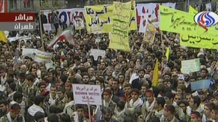 Bilde fra iransk tv fra den lovlige demonstrasjonen utenfor den tidligere amerikanske ambassaden. (Foto: -/AFP)