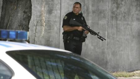 Politi patruljerer gatene etter skytedramaet. (Foto: Red Huber/AP)