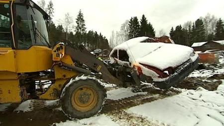 FJERNES: 250 av rundt 300 gamle biler tvangsfjernes fra eiendommen til bilsamler Per Amund Rustad. (Foto: TV 2)
