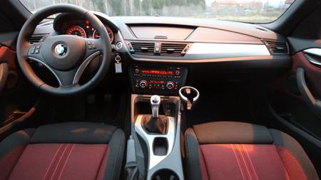 Solid og elegant interiør i BMW X1. (Foto: Ole Martin Lundefaret)