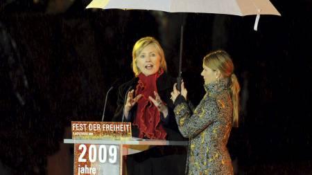 Hillary Clinton holdt tale under markeringen. (Foto: ROBERT SCHLESINGER/EPA)