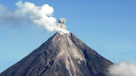 Vulkanen Mayon er en av de mest aktive vulkanene på Fillippinenene. (Foto: Nelson Salting/AP)