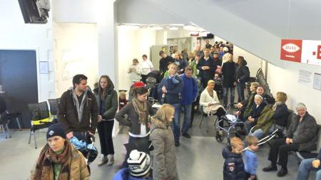 Folk sto timevis i kø på Brann stadion i Bergen for å få vaksine   mot svineinfluensa. (Foto: Klaus Holthe/TV 2)