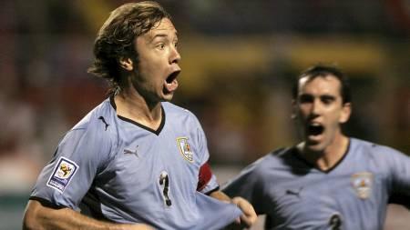 SJEFEN: Diego Lugano er sjefen i Uruguays mannskap. Han gikk også foran og scoret i play off-kampen til VM mot Costa Rica. (Foto: LUIS RUEDA/AFP)
