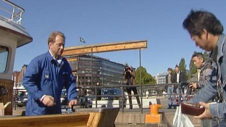 Kjell Inge Røkke selger reker fra båten sin i Oslo.