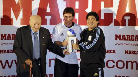 FIKK GJEV PRIS: Di Stefano og Diego Maradona deler ut prisen til Lionel Messi. (Foto: JAVIER SORIANO/AFP)